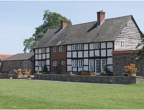 Bearwood House in Pembridge, near Leominster, is a holiday cottage sleeping 10 people