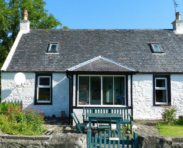 Burnside Cottage in Sliddery, is in a quiet setting on the Isle of Arran. Burnside Cottage sleeps 6 people