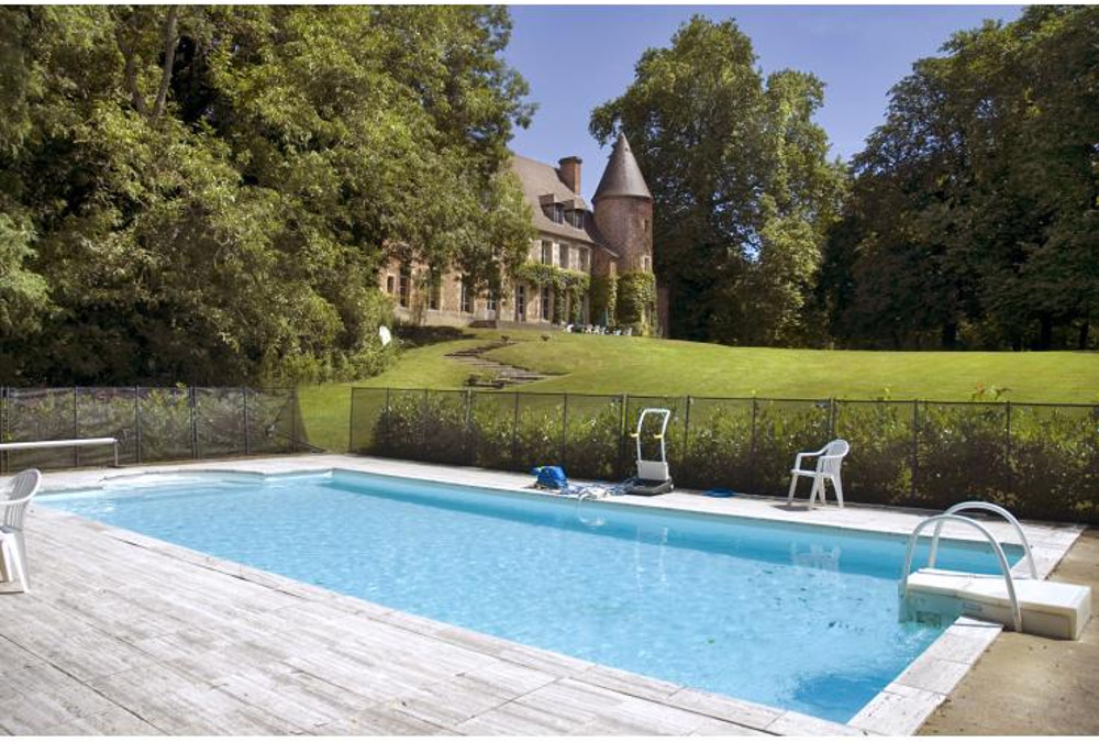 The swimming pool and garden at Chateau Du Marquis De Tracy