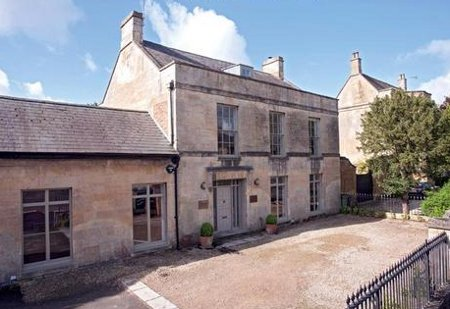 Cotswold House in Moreton In Marsh is a large holiday cottage located in the northern Cotswolds