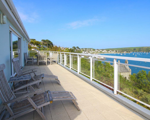 Fiddlers Green in St Mawes is a large holiday cottage sleeping 11 people, with far reaching sea views