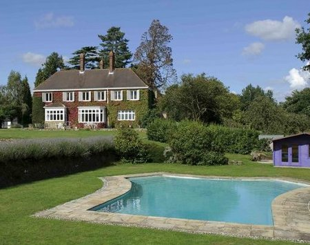 Grouselands House is a large holiday cottage in Horsham. Grouselands House sleeps 12 people