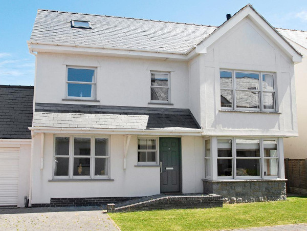 Gull House in Trearddur Bay near Holyhead is a holiday cottage on Anglesey sleeping 10 people