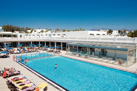 Las Costas in Puerto Del Carmen on the Canary Island of Lanzarote has a swimming pool, is 10 minutes from the airport