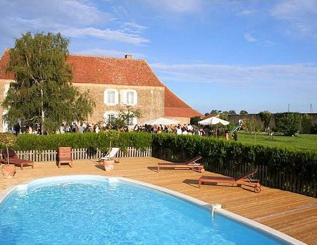 The swimming pool and grounds at Manoir De Teuran