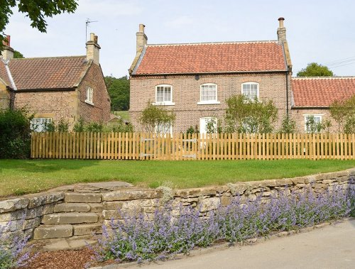 Richmond House in Felixkirk is a large holiday cottage near Thirsk. Richmond House sleeps 10 people
